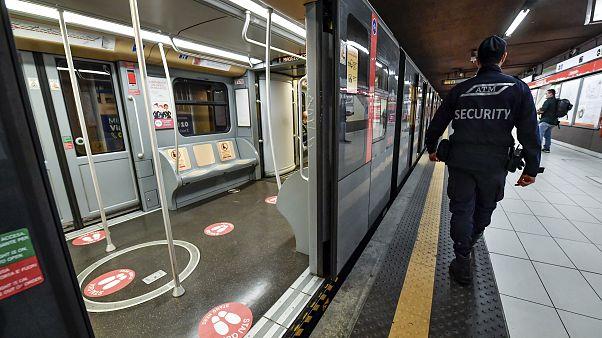 علامتگذاری در متروی میلان برای رعایت فاصلهگذاری اجتماعی