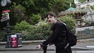 Жительница Парижа в защитной маске.