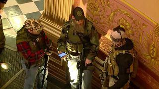 Michigan'da silhalı gruplar eyalet meclisini bastı