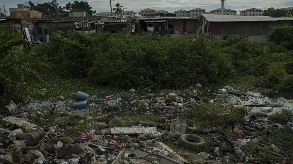 Az éhezés vörös zászlaja leng Bogotá szegénynegyedeiben