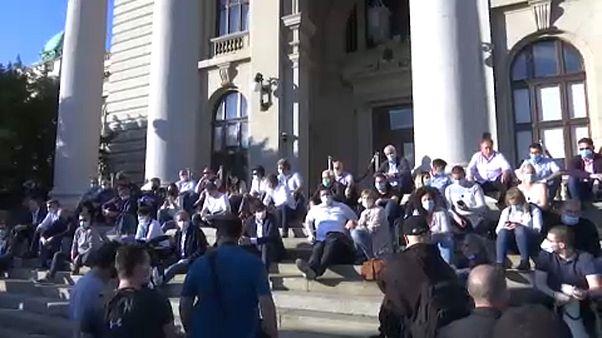 A kormány ellen tüntettek Belgrádban
