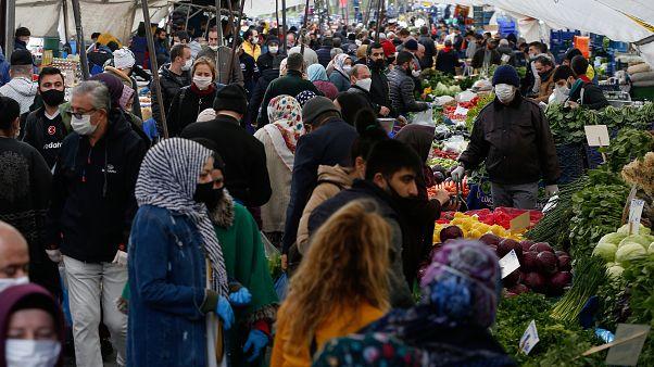 Covid-19 anketi: Türkiye'de her 4 kişiden 3'ü açıklanan salgın verilerine güvenmiyor