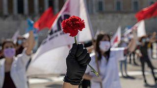 راهپیمایی روز جهانی کارگر با گل میخک و فاصلهگذاری اجتماعی در یونان