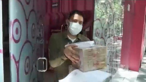 Mitarbeiter eines Sex-Shops in Mexiko bringt Pakete aus dem Laden.