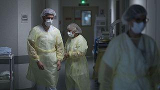 Des membres des équipes médicales de l'hôpital Emile Muller à Mulhouse, le 29 avril 2020