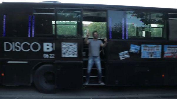 Covid-19: disco-bus a Marsiglia. Serge ama la musica e ha deciso di portarla in strada