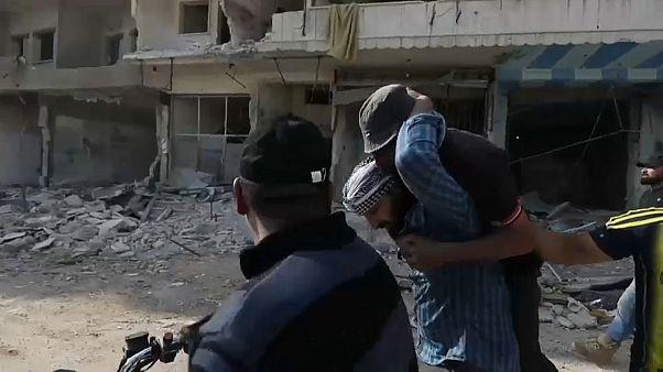 متظاهر يحمل جريحا سقط برصاص جبهة النصرة في معرة النعمان يوم الجمعة 01.05.2020