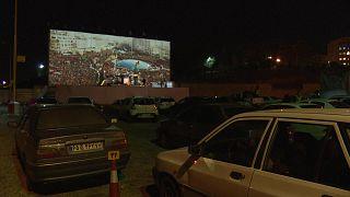 شاهد: بسبب إقفال المساجد.. إيرانيون يصلون داخل سياراتهم في ساحة تبث شعائر دينية على شاشة عملاقة