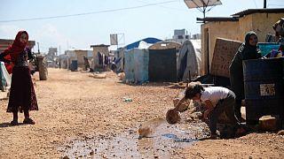 Aralık ve Mart ayı arasında Esad rejimi ile Rusya'nın İdlib'i bombalaması sonucu evlerini terk eden Suriyeliler Türkiye sınırındaki mülteci kampına sığındı