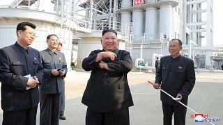 El líder norcoreano inaugura una planta química en Sunchon tras los rumores sobre su salud