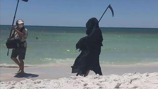 ABD'de salgına rağmen sahillerin halka açılmasına 'Azrail kostümü' ile eylem