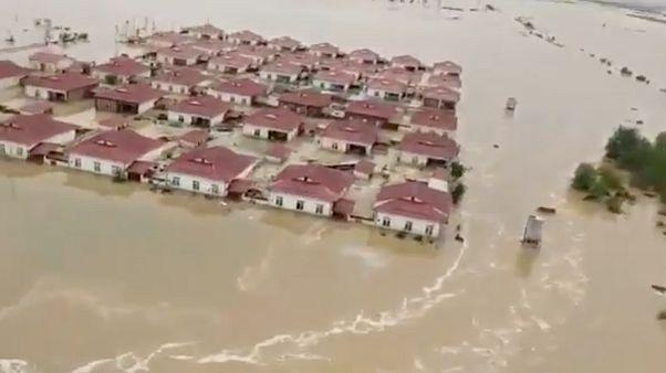 دهها هزار نفر در ازبکستان و قزاقستان بدنبال شکستن سد «سردابه» از پیرامون رود سیحون تخلیه شدند