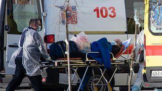 Rusya'da bir koronavirüs hastası tedavi için hastaneye götürülüyor