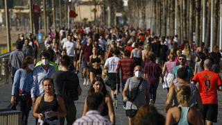 بعد 48 يوما من العزل.. الإسبان يعودون إلى الشارع للتنزه وممارسة الرياضة