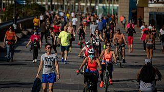 Des Espagnols profitent du beau temps à Barcelone alors que le confinment a été allégé dans la ville, le 3 mai 2020