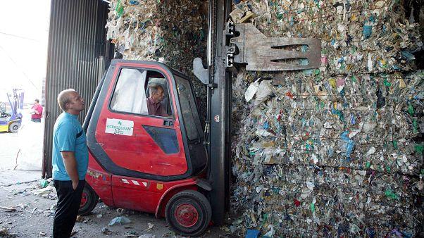 İşçiler çöpleri göndermeye hazırlıyor