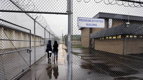 فيروس كورونا يجد أرضية خصبة في السجون الأمريكية المكتظة