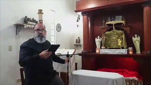 Földrengés közben misézett egy Puerto Rico-i pap