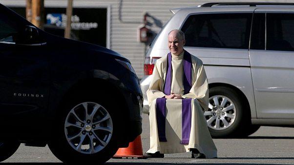 اعتراف با خودرو؛ راه حل کشیشان برای مؤمنان در ایام قرنطینه
