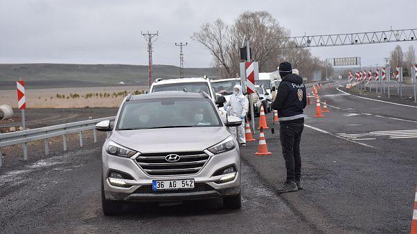 Kars'ta polis ekipleri, kentin girişlerinde denetimlerini sürdürüyor