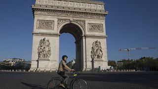 ساحة شارل ديغول في باريس خلال فترة الحجر الصحي الأول في مارس 2020