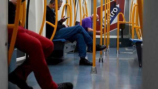 Pasajeros del metro de Madrid este domingo, manteniendo las distancias