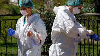 متطوعون يستعدون لاجراء اختبارات في دار للرعاية قرب روما - 2020/04/16