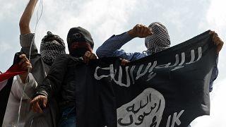 متظاهرون كشميريون يرفعون علم داعش خلال مظاهرة ضد العمليات العسكرية الإسرائيلية في غزة