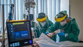 الطاقم الطبي يعالج مصابا بفيروس كورونا في مستشفى سانت لازلو في بودابست، المجر، 23 أبريل 2020