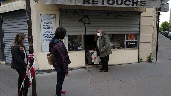 Esperando para comprar mascarillas de algodón en Francia este domingo