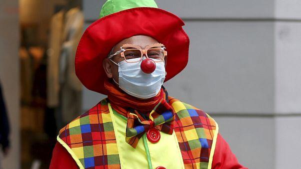 Maszkos bohóc sétál Bécsben, miután az osztrák kormány lazított a karanténszabályokon.