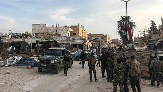 جنود من الجيش السوري يتجمعون في بلدة سراقب بمحافظة إدلب الشمالية الغربية، 6 مارس 2020