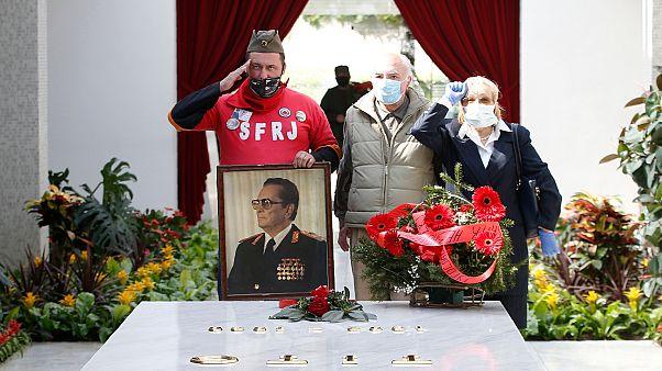 Belgrádban megkoszorúzták a 40 éve meghalt Tito síremlékét