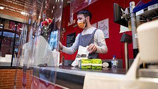 Controversia en Francia ante la puesta en venta masiva de mascarillas en supermercados y farmacias