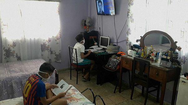 Varios niños cubanos siguen las clases por televisión