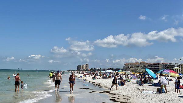 Las playas de Florida se llenan en el primer día de apertura