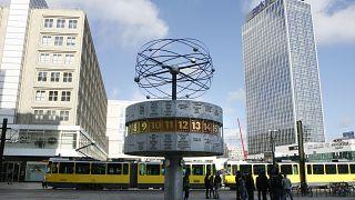 Die Weltzeituhr auf dem Alexanderplatz in Berlin am Montag, 9. Maerz 2009.