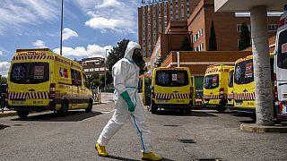 Un miembro de la Unidad Militar de Emergencias se dispone a desinfectar el hospital 12 de Octubre de Madrid