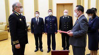 Rusya Devlet Başkanı Putin'den Kuzey Kore lideri Kim Jong-un'a madalya