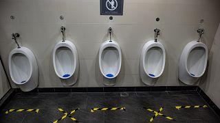 Social Distancing in einer öffentlichen Toilette