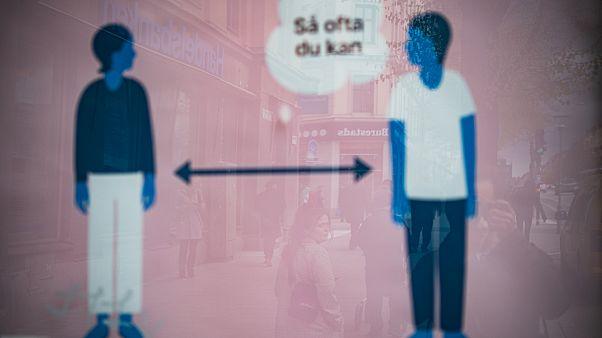 Медицинские службы в Швеции учат людей держаться на расстоянии двух метров друг от друга.