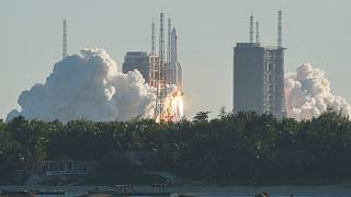 """لحظة إطلاق الصاروخ """"لونغ مارتش 5 بي"""""""