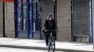 Cycliste dans les rues de Londres aux magasins fermés, le 5 mai 2020.