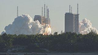 Une fusée chinoise Longue-Marche 5B quitte son pas de tir sur la base de Wenchang, située sur l'île de Hainan dans le sud du pays, le 5 mai 2020.