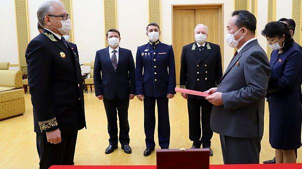 پوتین مدال یادبود جنگ جهانی دوم را به کیم جونگ اون اهدا کرد