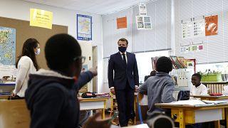شاهد: ماكرون يزور مدرسة ويلتقي تلاميذ في باريس مع سعي فرنسا تخفيف إجراءات الإغلاق