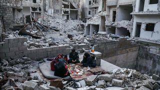 شاهد: سوريون يتناولون إفطار رمضان وسط ركام منزلهم المدمر