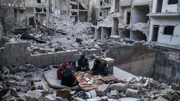 افطار خانواده سوری در میان خرابههای خانه ویران شده در ادلب