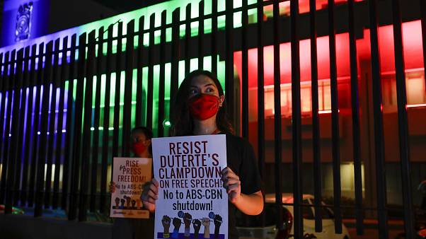 Filipinlerde yayın kuruluşu kapatıldı