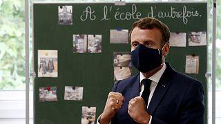 Emmanuel Macron, président de la République française en visite dans une école primaire de Poissy, porte un masque arborant le drapeau français, le 5 mai 2020